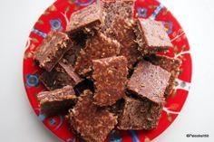 Epäonnistuneet macanmakuiset raakafudgepalat. Raw Chocolate, Fudge, Cereal, Candy, Breakfast, Sweet, Food, Morning Coffee, Meals