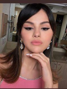 Selena Gomez pink lipstick and winged eyeliner makeup look Selena Selena, Fotos Selena Gomez, Selena Gomez Makeup, Estilo Selena Gomez, Selena Gomez Nails, Makeup Trends, Makeup Inspo, Makeup Inspiration, Beauty Makeup