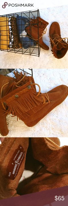 REDUCED! MINNETONKA MOCASSINS DETAILS: Size 7 // Tie lace-up shoe with double layer fringe decoration // Slight wear on boot soles | EUC Minnetonka Shoes Moccasins