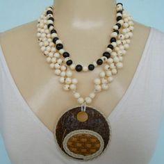 Colar feito com sementes natural de açaí e pingente de coco com palha e couro. R$ 15,00