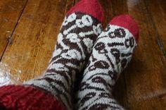 happy new year knitting - Google zoeken Knit Socks, Knitting Socks, Knit Stockings, Bunt, Knit Crochet, Slippers, Craft Ideas, Patterns, Halloween