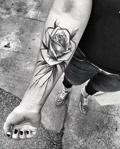 ein mädchen mit einem großen schwarzen tattoo . rosen tattoo vorlage   hand mit einem schwarzen nagellack
