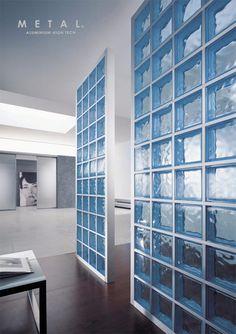 Puedes crear los espacios más elegantes combinando cristal de paves y metal.