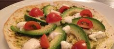 Pizza van tortilla met tomaat avocado en mozzarella ♥ Foodness - good food, top products, great health