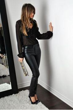 Blouse noire transparente + slim en cuir + escarpins vernis.