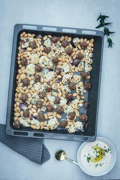 Gerösteter Blumenkohl mit Lammhackbällchen und weißen Riesenbohnen vom Blech | Orientalisches Rezept für die schnelle Feierabendküche | Serviert mit schnellem Weiße Bohnen Hummus | moeyskitchen.com #blumenkohl #lamm #hackbällchen #vomblech #traybake #onepan #hummus #bohnen #dinner #rezepte #foodblogger Cereal, Foodblogger, Breakfast, Athletes, White Bean Hummus, Roasted Cauliflower, Ice Cream Bread, Oriental Recipes, Rice Dishes