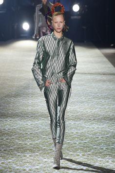 Haider Ackermann: les cuirs transformés : brillants, colorés, métallisées, les peaux se réinterprètent.