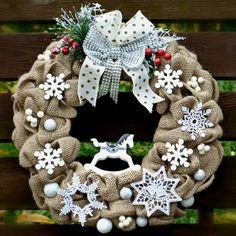 Vánoční+věnec+na+dveře+S+koníkem+houpacím+Vánoční+věnec+na+dveře+v+moderním+stylu+z+juty+,+ozdobený+dřevěným+houpacím+koníkem+a+textilními+ komponenty.+Použité+barvy:+ béžová,+ bílá,+zelená+a+jemně+červená+a+stříbrná+Rozměry:+38+cm+Materiál:+juta,+ozdobné+komponenty