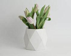 9 Creative And Inexpensive Diy Ideas: Unique Vases Shape christmas vases decoration.Vases Drawing Simple vases repurpose tin cans. Vase Arrangements, Vase Centerpieces, Cork, Beton Diy, Vase Design, Keramik Vase, Wooden Vase, Wedding Vases, Vase Shapes