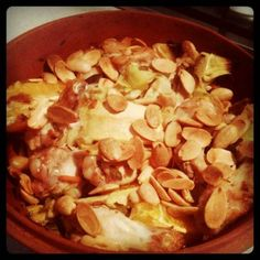 Mediterrane kip met sinaasappel, artisjok en amandelen