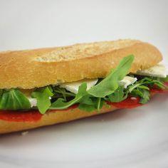 Este BOCATA va a hacer tanta historia como el dìa de hoy  Aquí el cheat meal lo hacen asi de  Pan francés con chorizo de pollo rúcula canónigos y brie  en grasa #lidl  Loncheado de chorizo de pollo @marianatura1970 de @mydietbox de septiembre