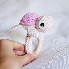 Schildkröten- Rassel in pink/rosa für die liebe @nadini_ni #schildkröte #rassel #greifring #amigurumi #crocheting #amigurumilove #baby #newborn #diy #selfmade #handarbeit #babygirl