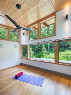 This mountain getaway in Vermont was designed by Flavin Architects, characterized by soaring rooflines and expansive windows. Modern House Plans, Modern House Design, House Floor Plans, Modern Interior Design, Built In Bathtub, Casas Containers, Maine House, Vermont, Modern Architecture