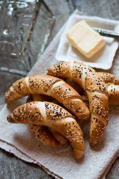 Az egyik legjobb reggeli a friss házi kifli, még langyosan, vajjal megkenve, főleg, ha nem kell 4 órával korábban kelni ahhoz, hogy meg... Croatian Recipes, Hungarian Recipes, Turkish Recipes, Baking And Pastry, Bread Baking, Pastry Recipes, Cooking Recipes, Hungarian Cuisine, Savory Pastry