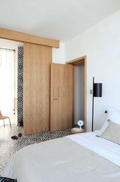 Suite parentale dont la chambre et la salle de bains sont séparées par une paroi coulissante en bois. Plus de photos sur Côté Maison http://petitlien.fr/7rj8