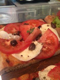 Focaccia Gourmet alla caprese e olive taggiasche