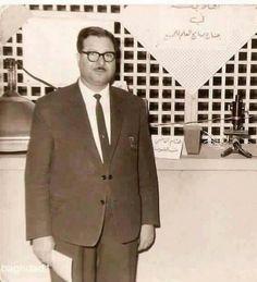 الأســتاذ كامل الدباغ رحمه الله معد ومقدم برنامج العلم للجميع الذي كان ينتظره العراقيون اسبوعيا في اواخر القرن العشرين Iraqi People, Baghdad Iraq, The Old Days, Historical Pictures, Old Photos, The Past, Old Things, Culture, Memories