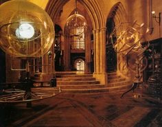 Astronomy Classroom, with an orrery, left, and an armillary sphere, right. From the movie Harry Potter and the Prisoner of Azkaban. Décoration Harry Potter, Harry Potter Cosplay, Arte Indie, Slytherin Aesthetic, Prisoner Of Azkaban, Hogwarts Houses, Albus Dumbledore, Tour, Nerd