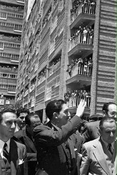 El Presidente Miguel Alemán Valdés inaugurando en 1949 los condominios que llevan su nombre