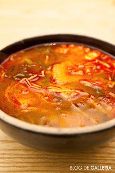 고메이494 '두루'의 국밥. 보기만큼 맵지는 않고 한우 고기와 무, 콩나물, 호박 등의 갖은 채소와 육수에 고추장을 푼 얼큰한 국물이 개운한 맛을 선사해 줍니다.