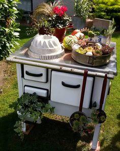 Wunderschön ausgefallene Gartendeko mit altem Ofen. Quelle: Pinterestuser