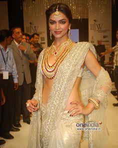 Deepika Padukone in full glamorous look. Bollywood Actress Hot Photos, Beautiful Bollywood Actress, Most Beautiful Indian Actress, Bollywood Fashion, Actress Pics, Bollywood Celebrities, Fancy Blouse Designs, Saree Blouse Designs, Pakistan