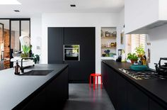 Zwarte keuken en witte muren | Black kitchen with white walls | vtwonen 10-2017 | Fotografie Stan Koolen