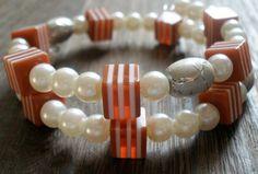 V jemne retro- námorníckom štýle. Náramoček pozostáva z akrylových perličiek, tmavo šedých oválkov so žilkami na povrchu a pružkovaných kociek v tehlovom odtieni.  Univerzálna veľkosť, bez zapínania. Retro, Beaded Bracelets, Jewelry, Jewlery, Jewerly, Pearl Bracelets, Schmuck, Jewels, Jewelery