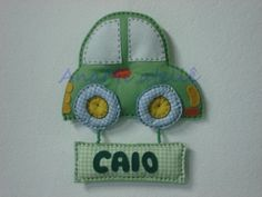 Enfeite de porta de maternidade carrinho, em feltro e tecido costurado à mão. Plaquinha em feltro e tecido com o nome do bebê.  Tempo para confecção aproximado. R$ 69,00