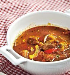 Tradičná gulášová polievka | Recepty.sk Food 52, Thai Red Curry, Chili, Food And Drink, Menu, Cooking Recipes, Lunch, Ethnic Recipes, Populárne Piny
