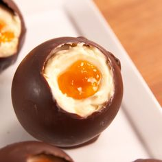 food diy Check out this adorable and festive recipe for Easter cheesecake eggs from ! Easter Recipes, Egg Recipes, Holiday Recipes, Cooking Recipes, Easter Baking Ideas, Cadbury Recipes, Snacks Recipes, Holiday Drinks, Slow Cooking