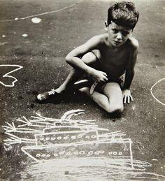 chalking kid: Photo Helen Levitt (1938-1948)