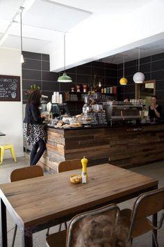 comptoir en bois recyclé, beau café style rustique avec meuble comptoir en bois réutilisé