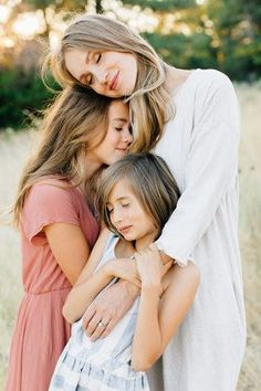 Ideas mother and children photography poses inspiration Large Family Poses, Family Picture Poses, Family Photo Outfits, Fall Family Photos, Family Photo Sessions, Family Posing, Family Portraits, Family Pictures, Children Photography Poses