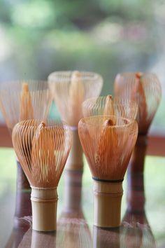 この茶筌、じつは奈良県生駒市が国内生産の90%以上を占めているんです。生駒市のなかでも高山町はとくに茶道、茶筌が伝統産業として盛んなところ。この高山町で、今年も、冬の風物詩である「竹の寒干し」が始まりました。茶筌をはじめとする竹製品を作るために、軒先や田んぼに竹を干して乾燥させるもの。1束30~50本の竹が円錐状に並べられています。- colocal | 茶道の道具「茶筌」はどうやって出来る? 奈良・生駒で冬の風物詩「竹の寒干し」始まる