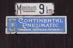 zwei schöne alte Schilder in Österreich. An einer alten Toreinfahrt in Laa an der Thaya im Weinviertel gesehen.