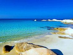 """Η """"Χαβάη"""" της Ελλάδας: Η εξωτική παραλία με τα τιρκουάζ νερά και τα εντυπωσιακά λευκά βράχια-Καβουρότρυπες."""