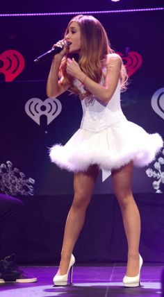 Ariana Grande& Cutest Looks Ariana Grande Legs, Ariana Grande Outfits, Ariana Grande Fotos, Scream Queens, Divas, Snowflake Dress, Shows, Celebs, Celebrities