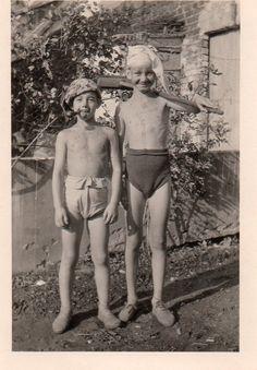 Photographie Anonyme Vintage Snapshot Enfant Garcon Balai Pipe Slip Drôle | eBay