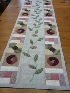 Camí de taula patchwork Patchwork Table Runner, Table Runner And Placemats, Table Runner Pattern, Quilted Table Runners, Colorful Quilts, Small Quilts, Chinese Patterns, Quilt Border, Bed Runner