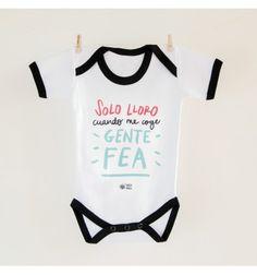 Body bebé diseñado por Pedrita Parker con la frase Solo lloro cuando me coge gente fea, ideal para hacerle regalos originales para bebés a los padres más frikis