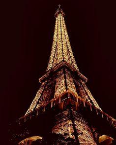 Oh Lala Paris L'amour!!! Dicen que París es la ciudad del amor. Yo no sé si lo es o no pero preciosa es un rato. Solo con mirar la iluminación de la torre Eiffel ya te quedas impresionado. Y eso que está no es una gran foto que era de mis comienzos y no sabía ni lo que hacía. Por deciros os diré que está disparada en JPG en vez de en RAW... #tropoParisino #olala #amour #toureiffel #torreeiffel #nightphotographer #nightphotography #night #aniversario #aniversary #vsco #vscogood #vscogrid…
