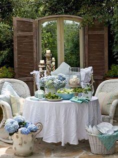 aménagement de terrasse et jardin de style rustique avec meubles tressés et panier