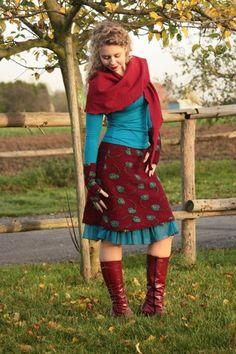 Femininer Figurschmeichler - der perfekte Winterrock für eine schöne Silhouette! Lieferzeit innerhalb Deutschlands: 10-14 Tage ab Zahlung Lieferzeit in das EU-Ausland: 14-18 Tage ab Zahlung 80% Wolle, 20% Baumwolle Jerseybund: 95% Viskose, 5% Elasthan Farbe: bordeaux mit Blumen in