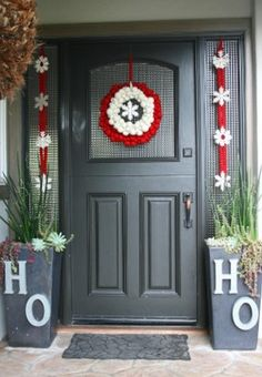 Check Out 21 Christmas Door Decorations Ideas You Should Try. Need inspiration for your front door decoration,here are some great christmas door decoration ideas for you. Christmas Front Doors, Christmas Porch, Simple Christmas, Christmas Ideas, Christmas Movies, Christmas Budget, Christmas Entryway, Christmas Windows, Elegant Christmas