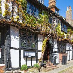 Rye ligt vlakbij de kust van East Sussex in het Verenigd Koninkrijk. De middeleeuwse huisjes en straten geven het stadje een unieke sfeer. #engeland #sussex #verenigdkoninkrijk #vk #rye #uk #vakantie #vakantieengeland #zoover #vakantiemetkinderen #citytrip #stedentrip #voorjaarsvakantie #vakantietip #hotelvakantie #hotel #boetiekhotel #ontdekken #explore #geschiedenis #history #oldtown Instagram Posts, Travel, Voyage, Trips, Traveling, Destinations, Vacations
