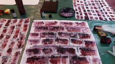 Käytin työssäni apuna myös sivellintä, varsinkin loppuvaiheessa kun maali alkoi loppua ja joitakin tiiliä piti vielä vahvistaa. Innostuin myös lisäämään mustaa ja vaaleanpunaista loppumetreillä.