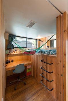 ベッドがロフト状になった子供部屋。コの字のアイアンを梯子に使うアイデアも、遊具のようで楽しい。 Hotel Bedroom Design, Bedroom Setup, Bedroom Loft, Home Interior Design, Interior Architecture, Small Appartment, Bunk Bed Rooms, Maids Room, Small Room Design