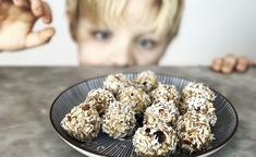 Snabba äppelkaksbollar. – Food Pharmacy Healthy Baking, Healthy Treats, Apple Pie Bites, Cookies For Kids, Baked Apples, Raw Food Recipes, Food For Thought, A Food, Sweet Tooth