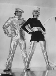 Vêtements Pierre Cardin en vinyl argenté inspirés du Space Age, 1968